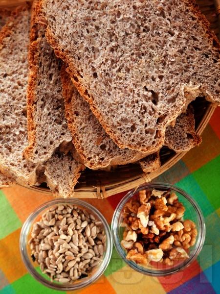 Домашен многозърнест хляб за хлебопекарна (с пшеничено, пълнозърнесто и ръжено брашно) - снимка на рецептата
